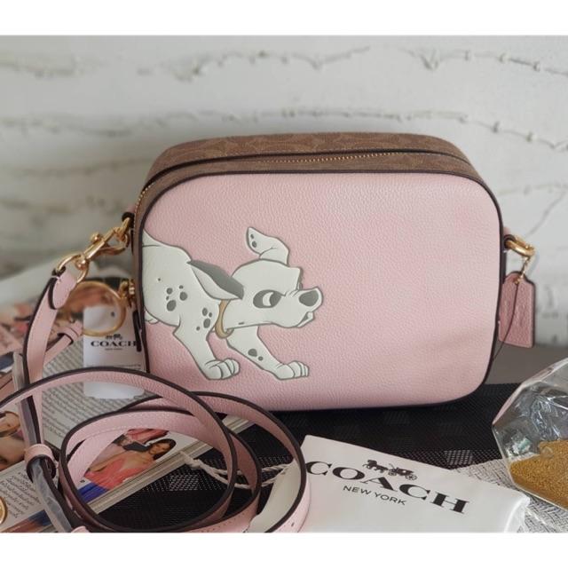 (ผ่อน0%) กระเป๋า สะพายข้าง หนังแท้ สีชมพู ลายน้องหมา Coach Disney X Coach Camera Bag With Dalmatian 69178 งานshop