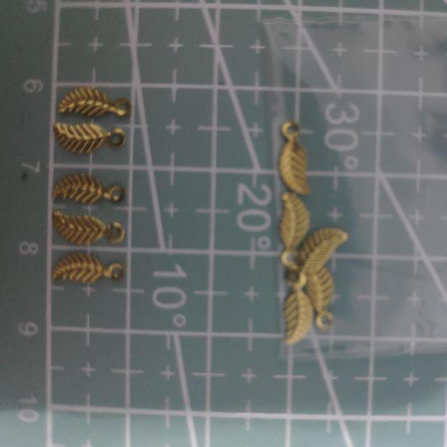 แผ่นโลหะฉลุใบไม้เล็กมากสีทองมีรูขนาด3*9 มิล 5 ชิ้น ราคา 5 บาท