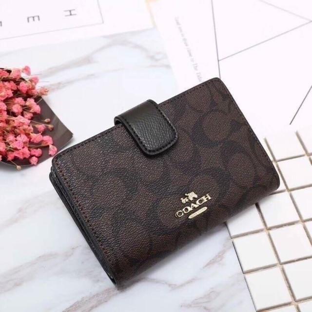 COACH Medium corner zip wallet กระเป๋าสตางค์ใบสั้น แบบ2พับ พร้อมมีช่องซิปใส่เหรียญ และมีช่องใส่บัตร จะซื้อเป็นของขวัญ