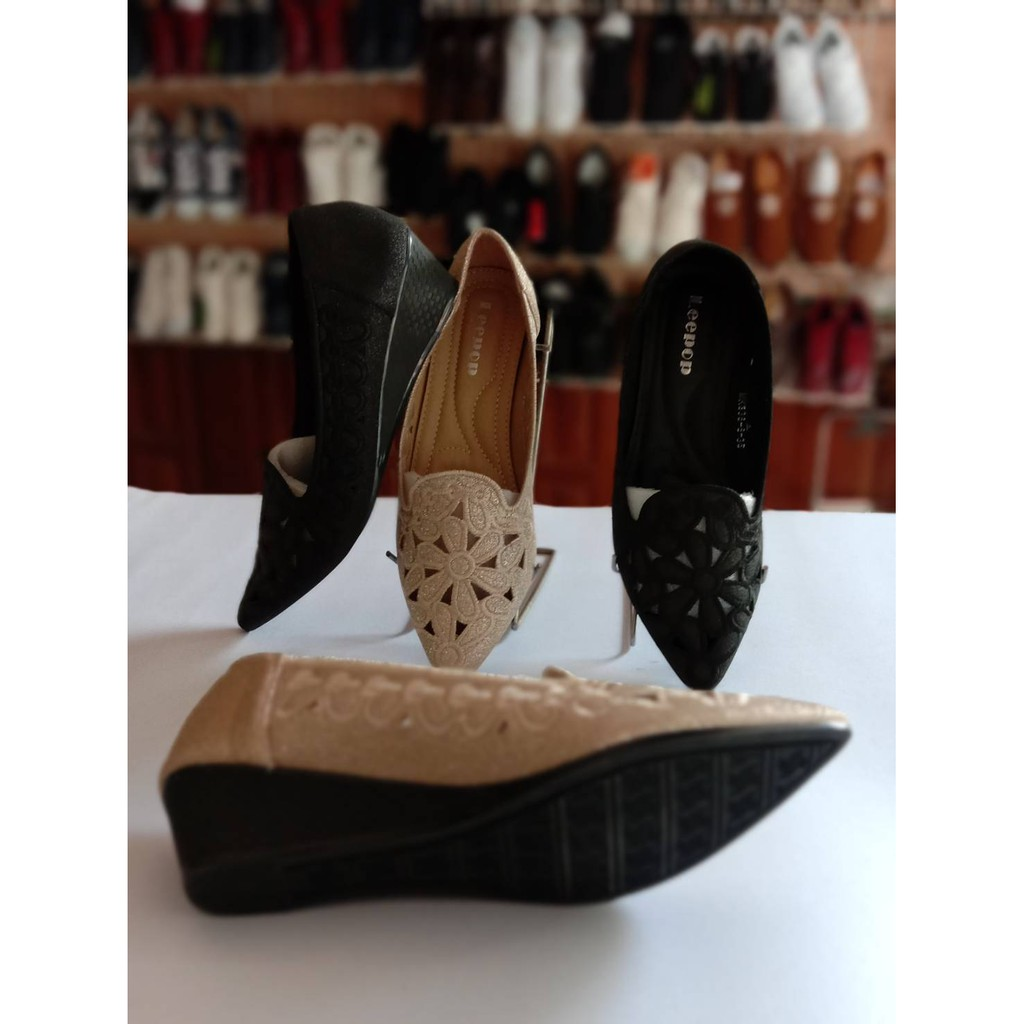 รองเท้าคัชชูหัวแหลม รองเท้าคัชชูผู้หญิงฉลุดอกไม้ Leepop MK338-8