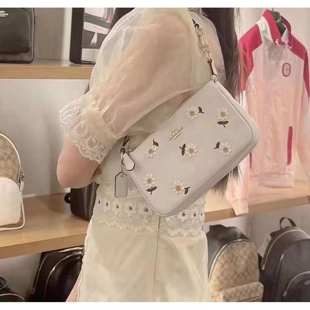 ⅽれ กระเป๋ากระเป๋าเดินทาง  กระเป๋าเป้สะพายหลัง★★★❤🔥🔥ซื้อของแท้ Coach กระเป๋าหญิงกระเป๋าไพ่นกกระจอกสตรอเบอร์รี่ใบเล็กเดซ
