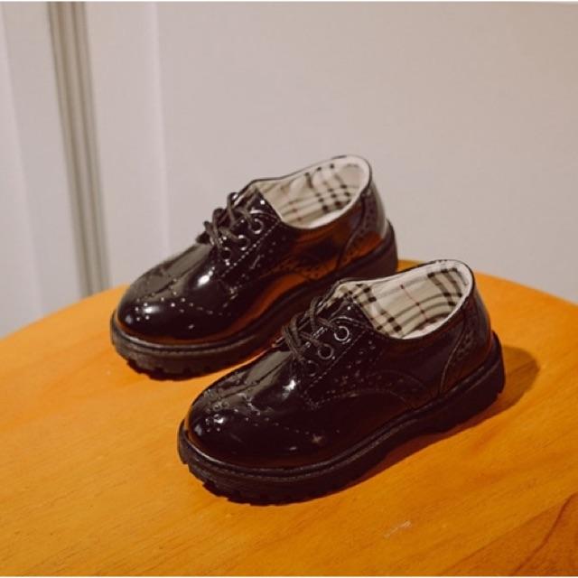 รองเท้าคัชชูเด็กชายหนังแก้วส้นเตี้ยสีดำ