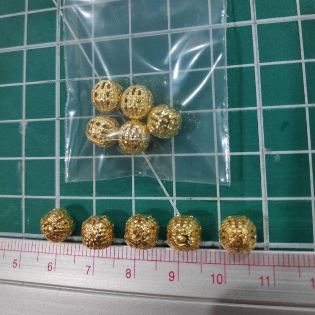 96ลูกบอลตกแต่งสีทองมีรู ขนาด 8 มิล 5 ลูก ราคา 6 บาท
