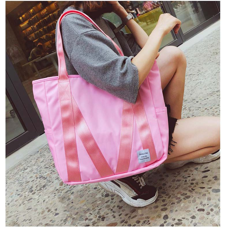 กระเป๋าสะพาย ผู้หญิง M Morgan มอร์แกน สอดเข้ากับหูของกระเป๋าเดินทางแบบล้อลากได้ ผ้าร่มกันน้ำเนื้อดี ใบใหญ่ สีชมพู