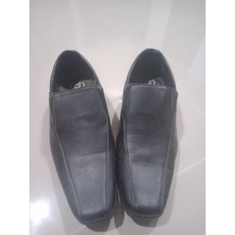 รองเท้าคัชชูดำยาง ไซร้ 39 (ภาพถ่ายตอนกลางคืน)