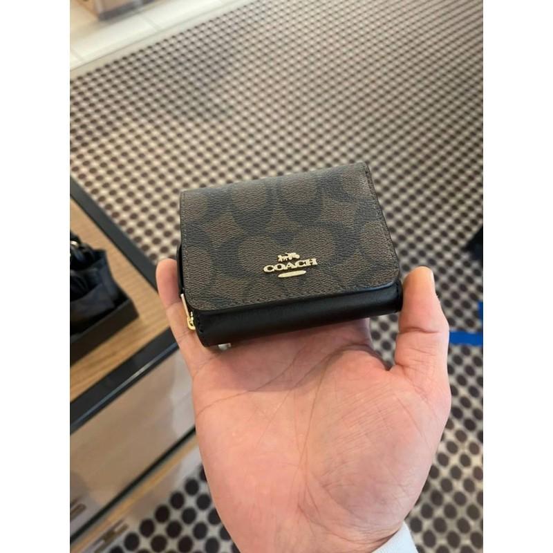 ♛☞◊พร้อมส่ง แท้ 🇺🇸💯% New Coach กระเป๋าสตางค์ ใบสั้น SMALL TRIFOLD WALLET IN SIGNATURE CANVAS (COACH 7331) IM/BROWN BL