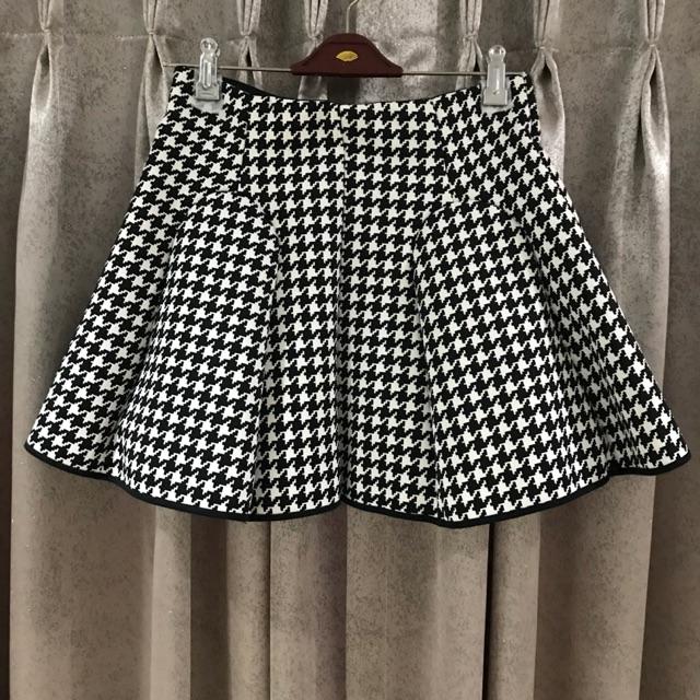 USED: Mini Skirt กระโปรงบานสั้น Jaspal ลายขาวดำผ้าคล้ายฟองน้ำ เอวย