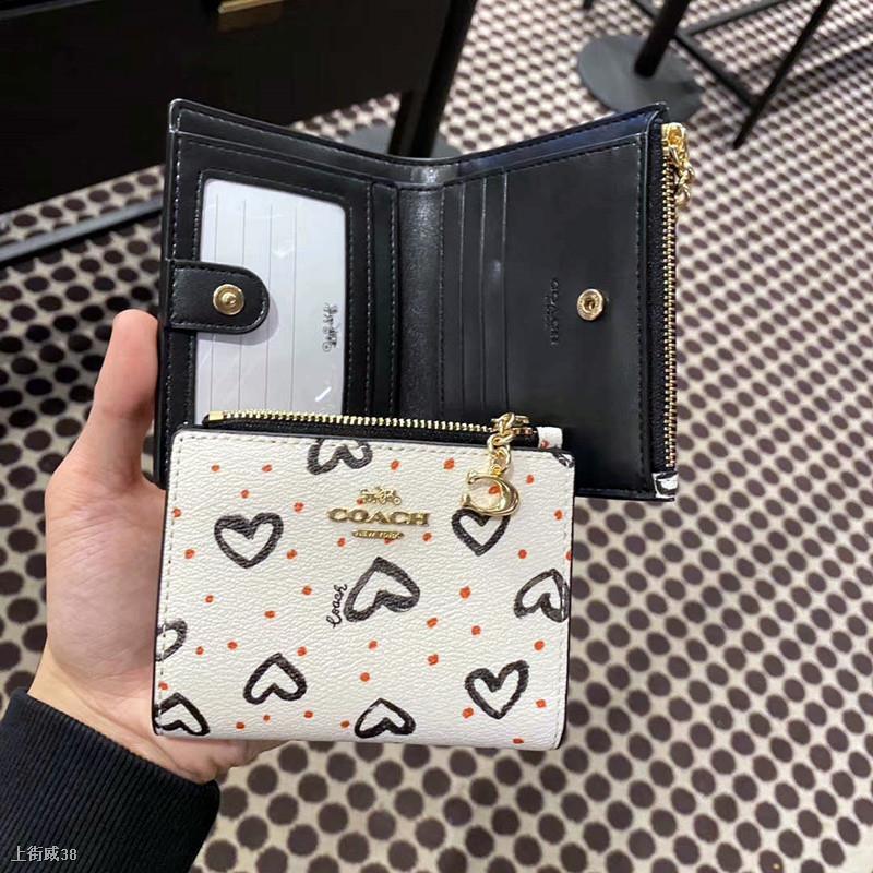 ✱✼¤ซื้อตรงจากอเมริกา Coach / กระเป๋าสตางค์ผู้หญิงใบสั้นใหม่สตรอเบอร์รี่ Love หัวเข็มขัดกระเป๋าสตางค์พับคู่กระเป๋าใส่เห