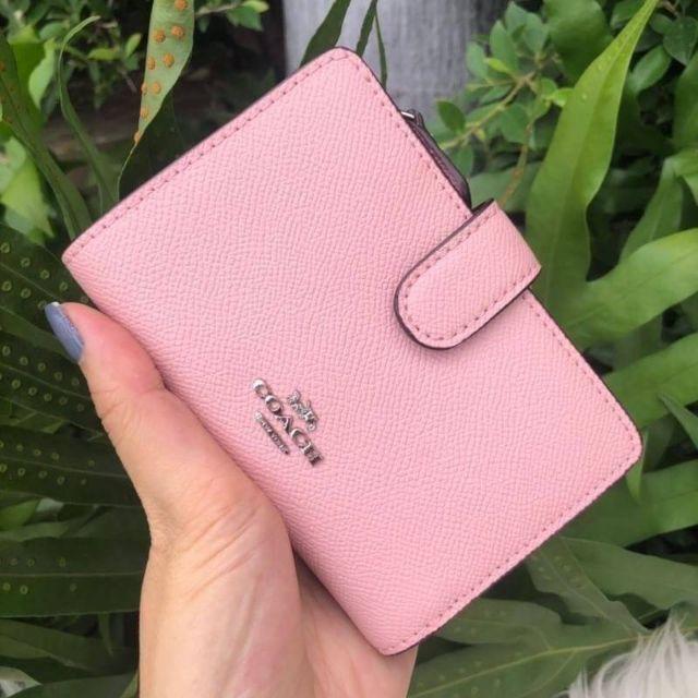 🎀 กระเป๋าสตางค์  ใบสั้น 2 พับ สีชมพู Blush2 MEDIUM CORNER ZIP WALLET (COACH F11484) SILVER/BLUSH2