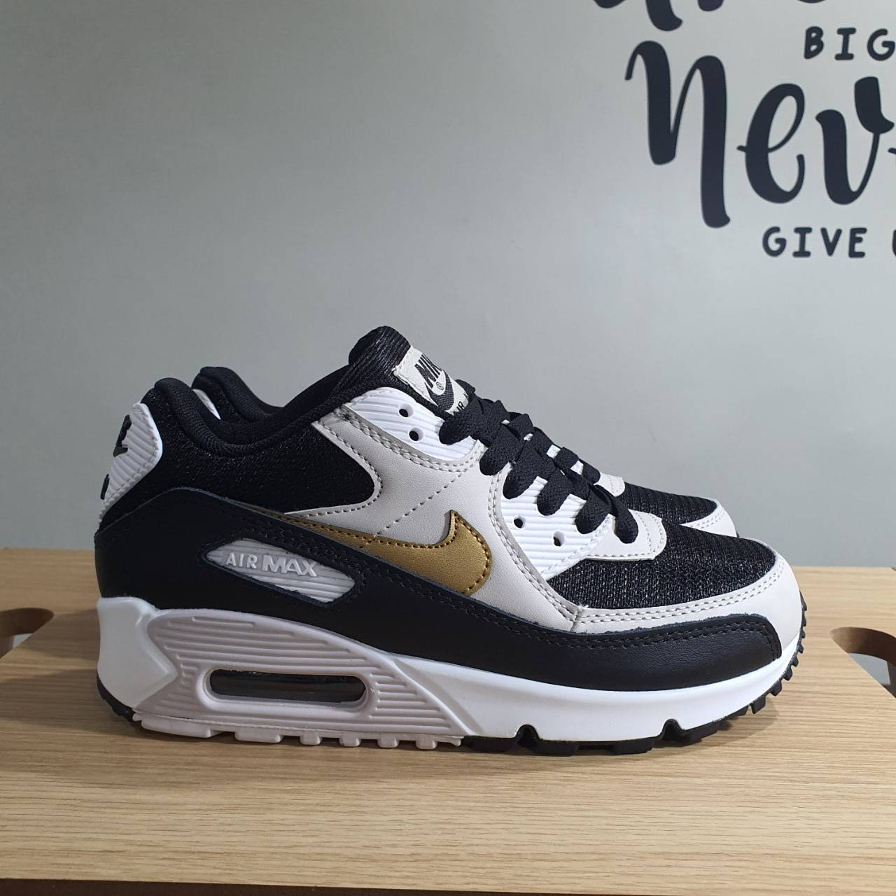 Nike Airmax 90 รองเท้าผ้าใบแฟชั่นสีดํา/สีทอง/สีขาว
