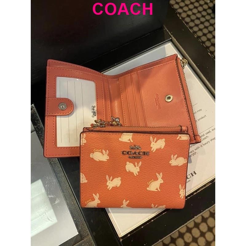 พร้อมส่ง แท้ 🇺🇸 100% New Coach กระเป๋าสตางค์ ใบสั้น SNAP CARD CASE WITH BUNNY SCRIPT PRINT 91200 SV/BRIGHT CORAL
