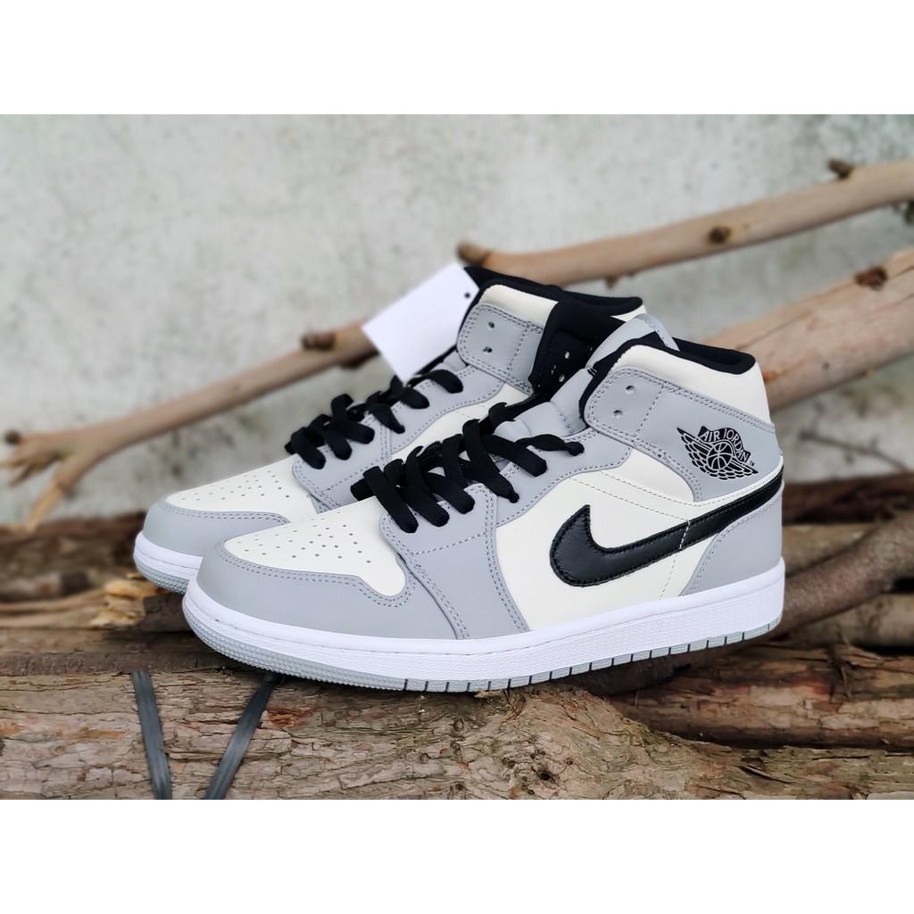 """รองเท้าวิ่ง Nike Air Jordan 1 Mid"""" Light Smoke Grey"""" รองเท้าวิ่ง Walk Ride Couple สินค้าต้นฉบับ"""