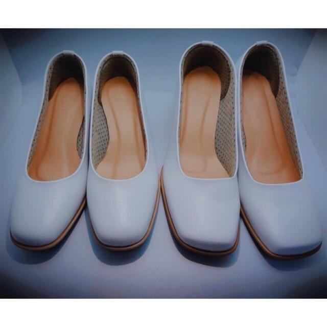 รองเท้าคัชชูสีขาวเเละสีดำ  ส้นสูง2นิ้ว