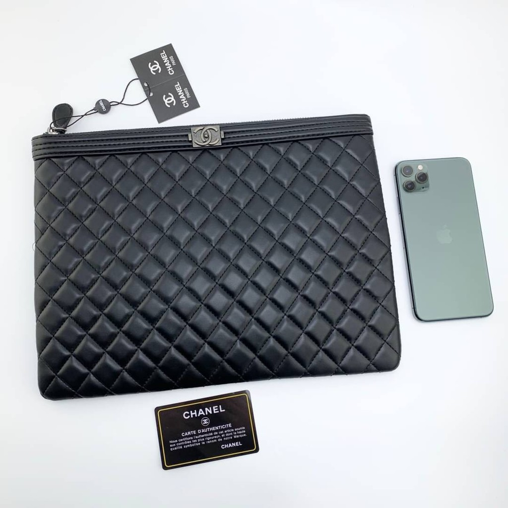 CHANEL BOY O CASE CLUTCH BAG กระเป๋าถือผู้หญิง คลัทช์ แฟชั่นแบรนด์เนม ชาแนล สีดำ อะไหล่สีเงินรมควัน ขนาด 12 นิ้ว