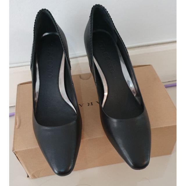 รองเท้าคัชชูสีดำ Staccato