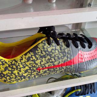 รองเท้าฟุตบอลสตั๊ดหัวเทาพื้นเหลืองลายงูเหลือม39-43รุ่น12ปุ่ม