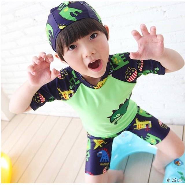 [2020 New Year Sale] ชุดว่ายน้ำเด็กผู้ชาย เนื้อผ้านิ่มใส่สบาย ลายไดโนเสาร์ แถมฟรี Kirei Kirei เจลล้างมือคิเรอิ 50 มล.