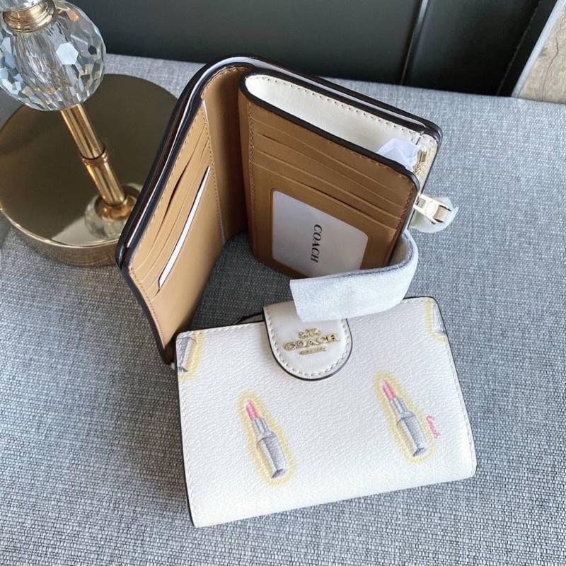 👑ผ่อน0%~แท้100%👑 กระเป๋าสตางค์ ใบสั้นกระดุม Coach Medium Corner Zip Wallet With Lipstick Print Style No. C2885