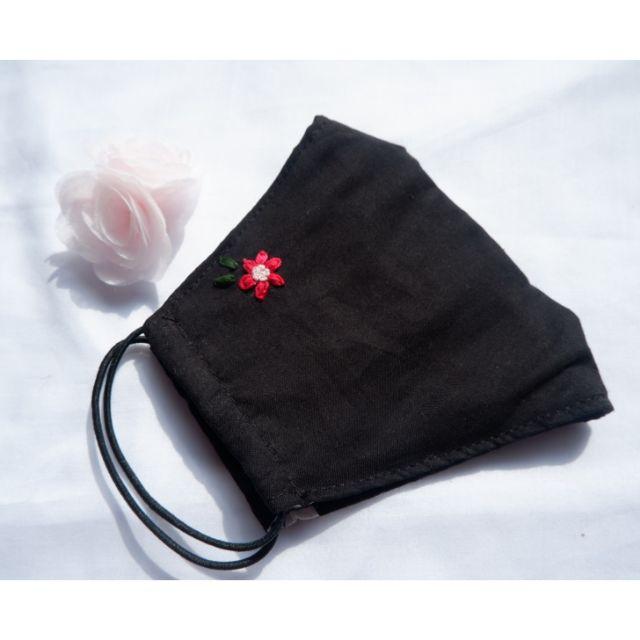 ผ้าปิดจมูก ผ้ามัสลินสีดำ ปักลายดอกไม้สีแดง หนา 3 ชั้น 🌹