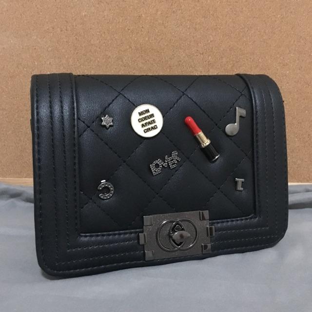 Chanel boy กระเป๋าสะพาย หนังสีดำ ซับในหนังสีแดง