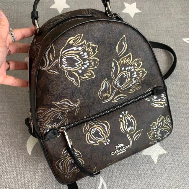 (ผ่อน0%) กระเป๋า เป้ ผ้าแคนวาส สีน้ำตาล ลายดอกไม้ COACH JORDYN BACKPACK IN SIGNATURE CANVAS WITH TULIP PRINT F76779