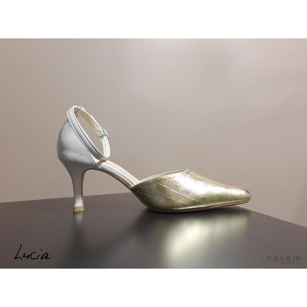 Novem.shoes รุ่น Lucia ราคา 2,140 บาท เป็นหนังวัวอัดลายจระเข้สีทอง และหนังวัวนิ่มสีครีม