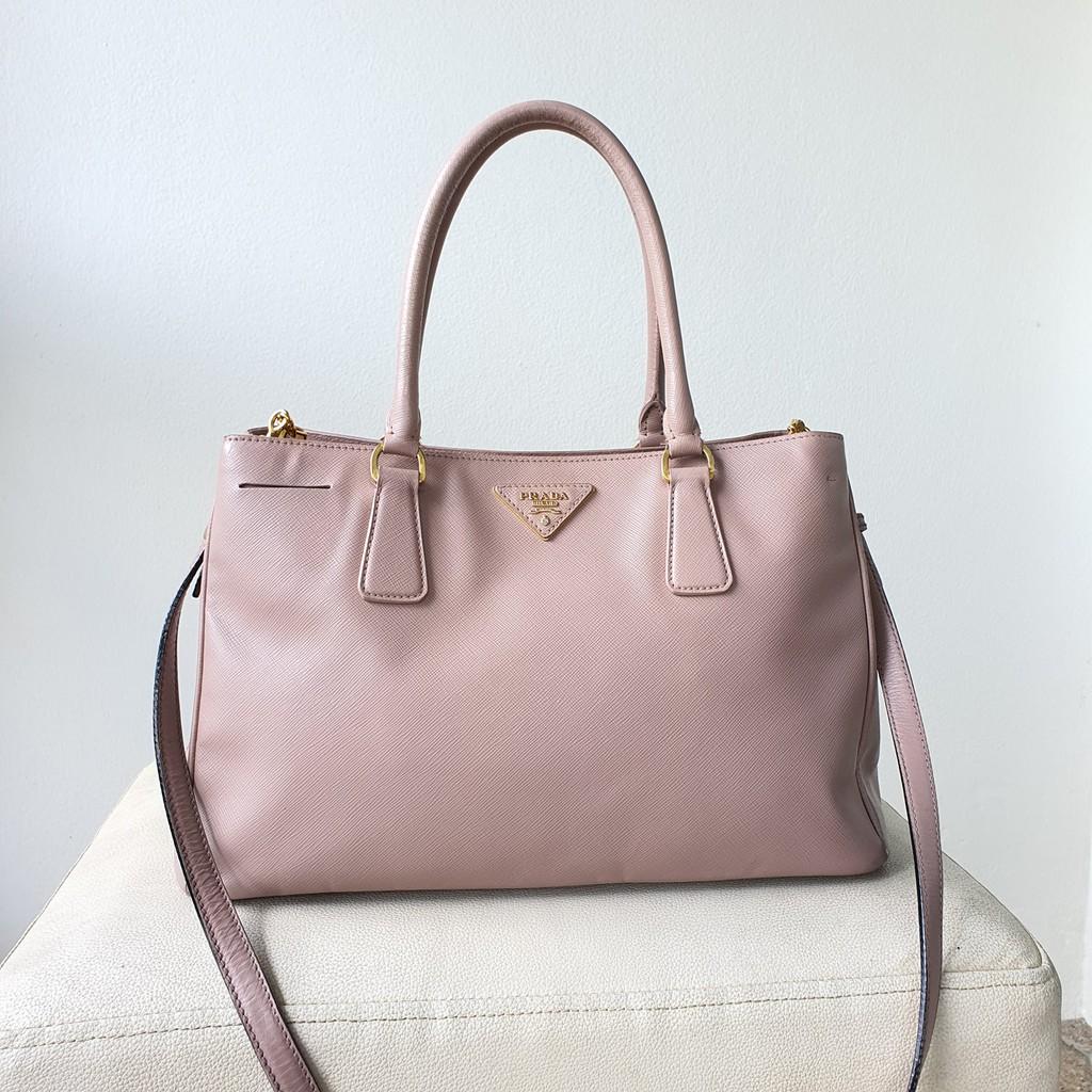 กระเป๋า Prada หนัง saffiano สีชมพูนู้ด ของแท้ มือสอง สภาพดี