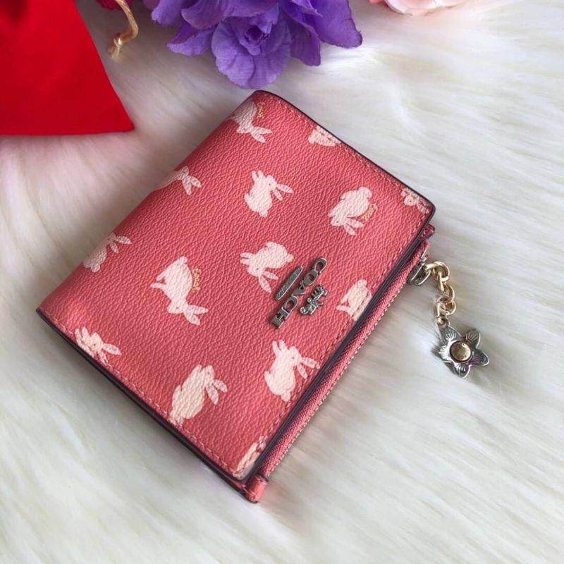 กระเป๋าสตางค์ใบสั้น แคนวาสสีส้มอมชมพูลายกระต่าย COACH SNAP CARD CASE WITH BUNNY SCRIPT PRINT (COACH 91200)