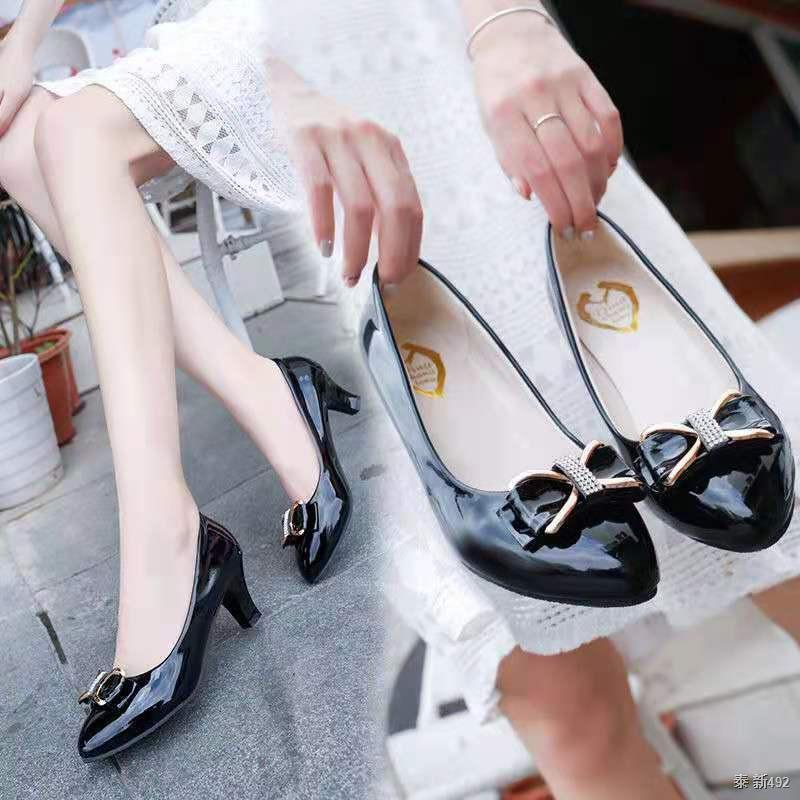 รองเท้าคัชชูส้นสูงสีดำและสีขาวสำหรับผู้หญิง