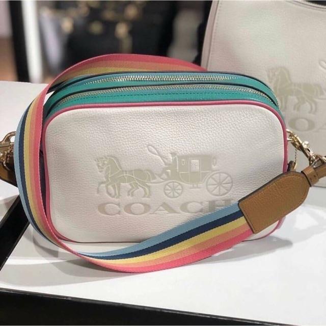 (ผ่อน0%) กระเป๋า สะพายข้าง หนังแท้ สีขาว สายสปอร์ต สีเรนโบว์ Coach Jes Crossbody Bag F72704