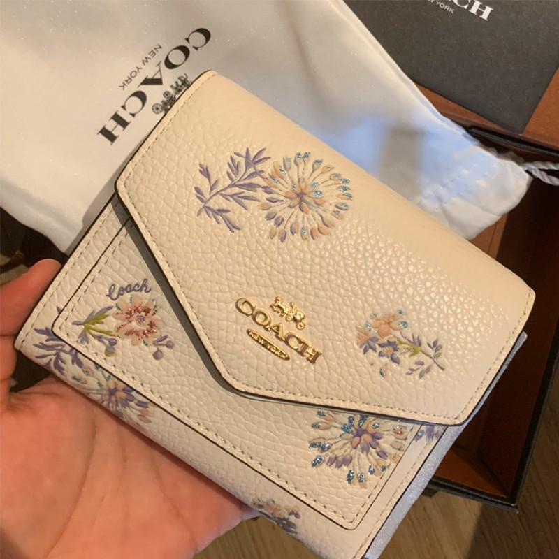 ☄✣❀COACH/Coach กระเป๋าสตางค์ใบสั้นผู้หญิง กระเป๋าสตางค์ใบสั้นดอกแดนดิไลอันสามพับ 21 การ์ดหนังใหม่ กระเป๋าใส่เหรียญ