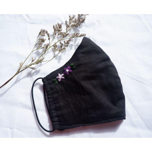 ผ้าปิดจมูก ผ้ามัสลินสีดำ ผ้าปิดจมูกปักลายดอกไม้สีม่วง หนา 3 ชั้น