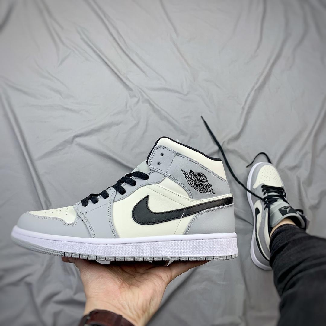 """ไน กี้ ของ แท้ Nike Air Jordan 1 Mid """"Light Smoke Grey"""" รองเท้าผ้าใบ อย่างดี รองเท้ากลางแจ้ง Sneakers"""
