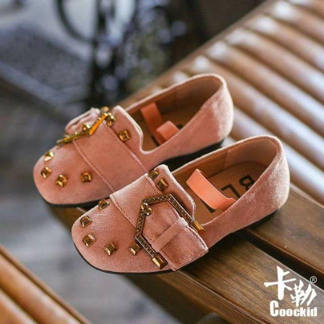 รองเท้าคัชชูหนังกลับเด็กผู้หญิง แต่งหมุดสีทองสวยๆ