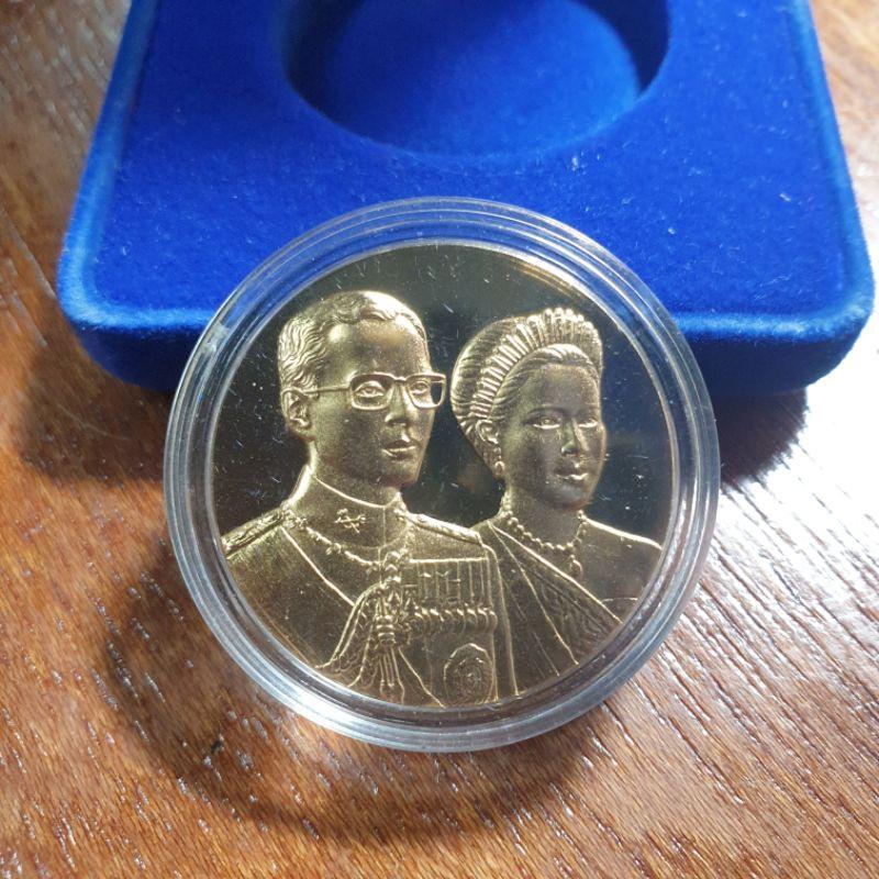 เหรียญพระราชทานในหลวงคู่พระราชินี ปี45 เนื้อเงินชุบทองคำพร้อมตลับและกล่องเดิมๆ