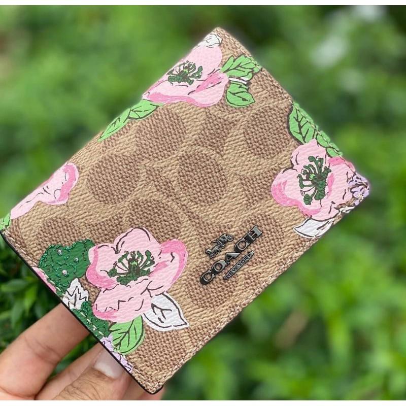 🎀 กระเป๋าสตางค์  ใบสั้น 2 พับ สีน้ำตาลลายดอก งาน shop COACH 89310 SMALL SNAP WALLET IN SIGNATURE CANVAS WITH BLOSSOM