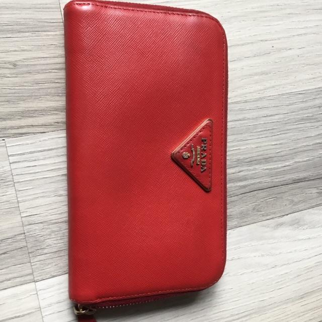 กระเป๋าตังค์ Prada Red Saffiano Leather Zip around wallet มือสอง แท้100%