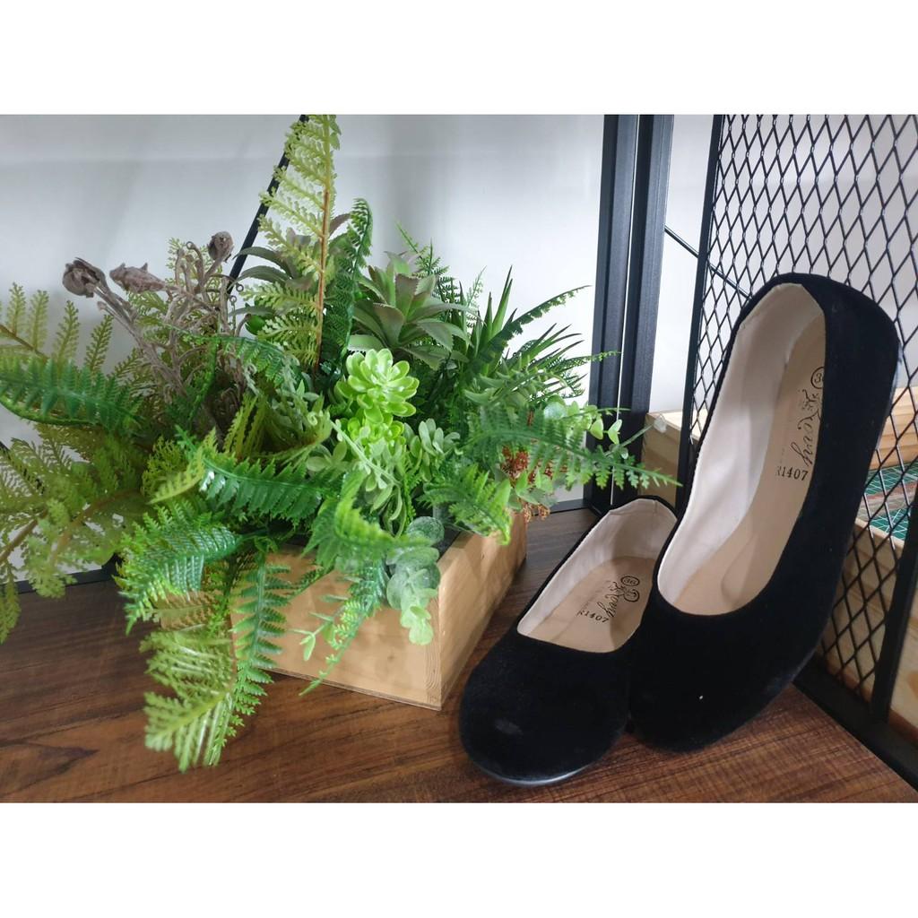 Rovy R1407 รองเท้าคัชชูหญิงพื้นเตี้ยหัวมน สีดำกำมะหยี