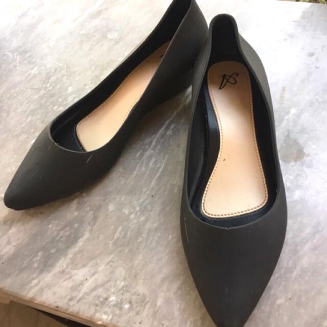 รองเท้าคัชชูยางมือสอง สีดำทรงหัวแหลม สภาพดี ส้นเตี้ย ขนาด 39