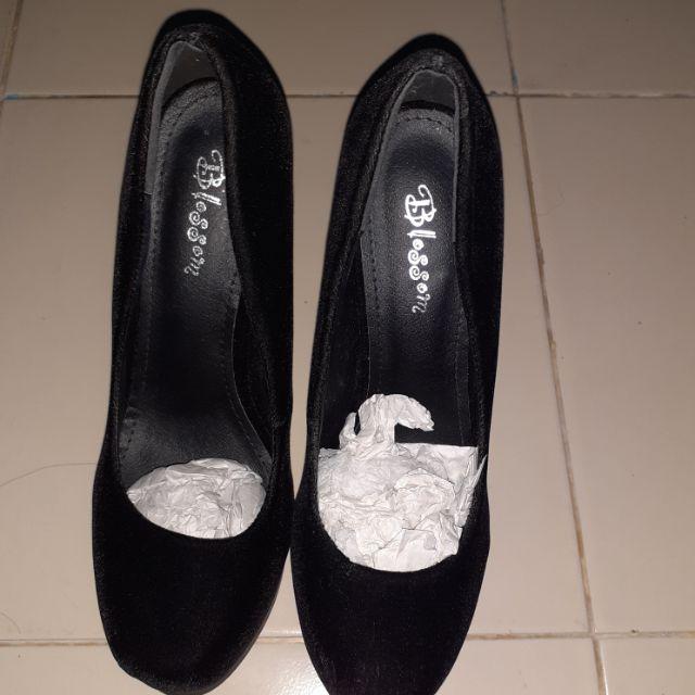รองเท้าคัชชูส้นเข็ม สีดำกำมะหยี่ เบอร์37