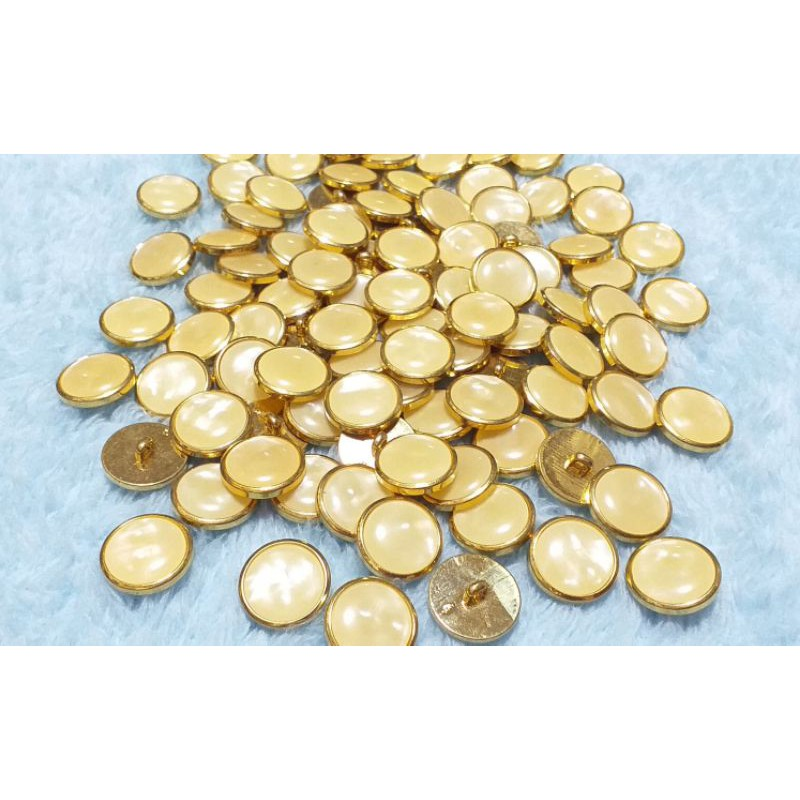 (#076) กระดุมพลาสติกสีทองสอยล่างด้านในแต่งคล้ายมุก ขนาด 1.8 cm ราคา 5 เม็ด 8 บาท
