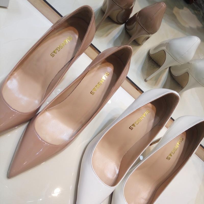 รองเท้าคัชชูหัวแหลม รองเท้าส้นสูงเปลือยบางเฉียบหญิงกริชชี้ปากตื้น2020หนังอารมณ์7810cmสีขาวรองเท้าหนังสิทธิบัตรcod ri29