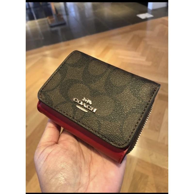 อุปทานโดยตรงจากโรงงาน☾✒∈พร้อมส่ง แท้ 🇺🇸💯% New กระเป๋าสตางค์ใบสั้น SMALL TRIFOLD WALLET IN SIGNATURE CANVAS (COACH 733