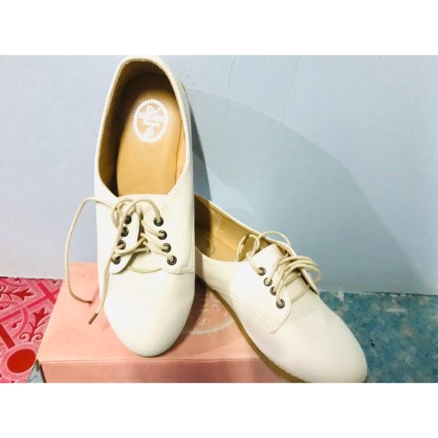 รองเท้าคัชชูหนังสีขาว