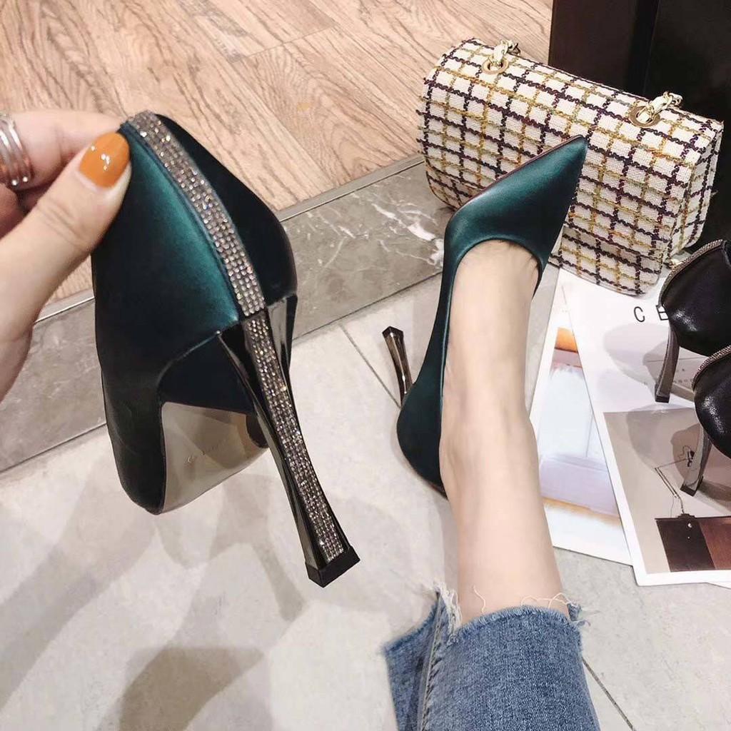 รองเท้าส้นสูง หัวแหลม ส้นเข็ม ใส่สบาย New Fshion รองเท้าคัชชูหัวแหลม  รองเท้าแฟชั่นร้อน Rhinestone รองเท้าทำงานผู้หญิงสี