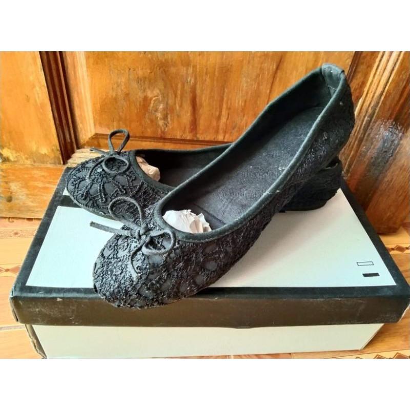 ส่งต่อรองเท้าคัชชูหุ้มส้นสีดำเบอร์40ผ้าลูกไม้
