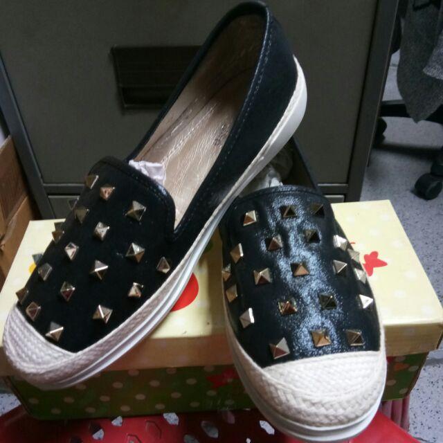 รองเท้าผู้หญิงแบบคัชชูหนังนิ่ม..สีดำแต่งหมุด. เบอร์38