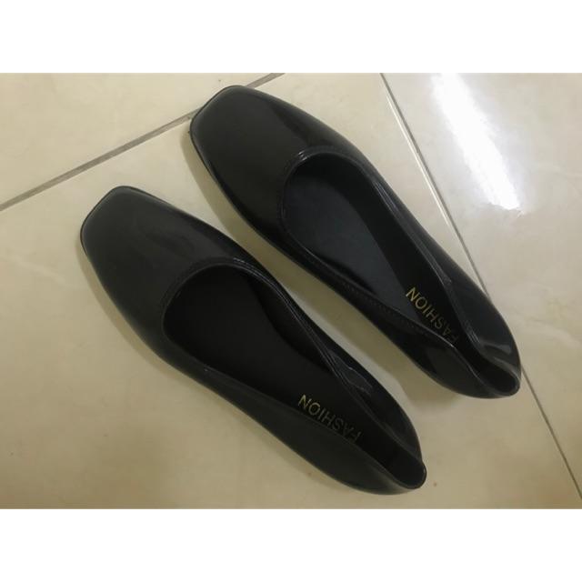 รองเท้าคัชชูสีดำเงา ดูหรู