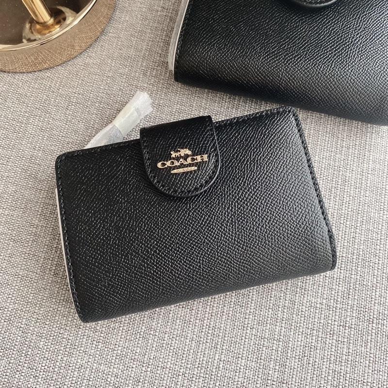 👑ผ่อน0%~แท้100%👑 กระเป๋าสตางค์สีดำ ใบสั้นแบบกระดุม Medium Corner Zip Wallet Coach C6390