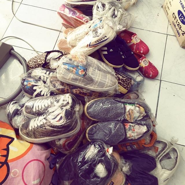 รองเท้ามือสอง คัชชู รองเท้าเด็ก รองเท้าผ้าใบ 50-100 ราคาเฉพาะใน Live